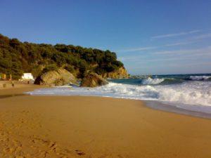 Playa de Cala Canyelles con oleaje